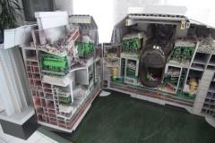 Modell des Reaktors von der Westseite; sichtbar ist der Reaktorkern mit dem Reaktor darauf um 90° gedreht liegenden Reaktordeckel