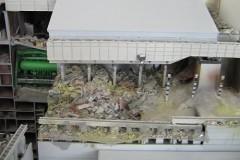 Nordseite des Sarkophages als Modell, deutlich sichtbar die provisorische Konstruktion des Sarkophages auf den Überresten des Reaktorgebäudes