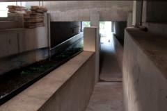 Fischkanupass zum stromaufwärtsttreideln nur für große Menschen geeignet. Man beachte den augenscheinlich funktionslosen Pfeiler!